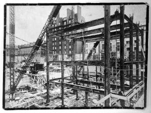 view The Wellcome Research Institution building, Euston Road, London: erection of steel structure. Photograph, 1931/1932.