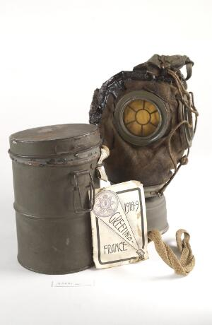 view First World War German gas mask with containe