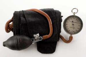view Sphygmomanometer apparatus, made by C.F. Thackray, Leeds, English, 1920-1955. Full view, white background.