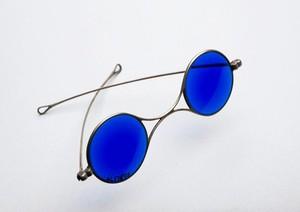 view Sunglasses with dark blue lenses, England, 1860-1900