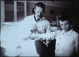 view Clemens Peter Pirquet, Freiherr von Cesenatico, and a patient. Photograph.
