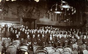 view A medical congress, Germany: delegates: group portrait. Photograph, ca. 1905.
