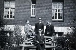 view A. George, L. Destoucher, R. Valletto and de Broglie, in front of the Institut Henri Poincaré. Photograph, 1933.
