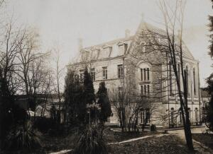 view Military Hospital V.R. 76, Ris-Orangis, France: gate house. Photograph, 1916.