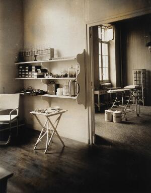 view Military Hospital V.R. 76, Ris-Orangis, France: operating theatre. Photograph, 1916.