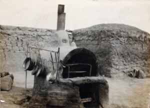 view Ali Gharbi, Iraq (formerly Mesopotamia): an earthen field oven with metal cooking equipment on a British military camp. Photograph, 1914/1918 (?).