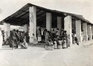 view Tabora, Tanzania: the marketplace with townspeople. Photograph, 1910/1920 (?).