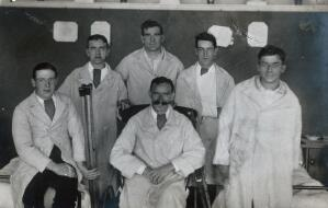 view First World War wounded soldiers: group portrait: four standing, two seated. Photograph, 1914/1918.