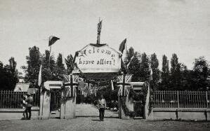 """view World War One: Russia: a sign reading """"Welcome Brave Allies!"""" with union jacks outside a military building. Photograph, 1914/1918."""