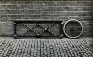 view Closes' mono-wheel stretcher, in closed position, folded against a wall. Photograph, 1915/1918.