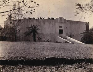 """view Bombay (Mumbai): a Parsee (Parsi) """"Tower of silence"""" where the bodies of the dead are exposed to vultures. Photograph."""