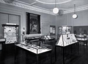 view The Wellcome Historical Medical Museum, 28 Portman Square, London: an exhibition on prehistoric medicine opened in 1951. Photograph.